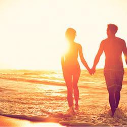 Pasangan mesra di pantai